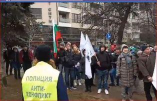 Безредици, щурм на министерство и обгазени на протест в София. Вижте коя партия яха мъката на перничани