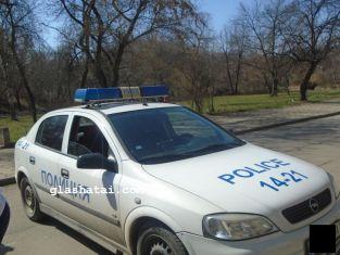 Млад перничанин троши огледалото на скъпа кола пред очите на полицията