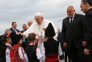 Папата пристигна в България