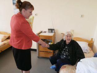 Центъра за възрастни хора в Трън получи дарение