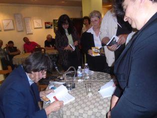 Роман за три жени от Радомир е издаден в САЩ
