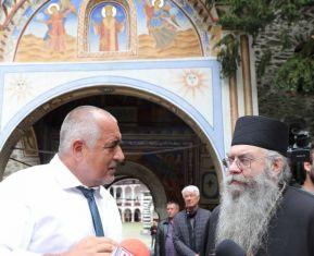 Глобяват Борисов и журналисти. Били без маски