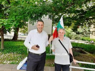 Протест по пернишки: двама мъже с едно знаме